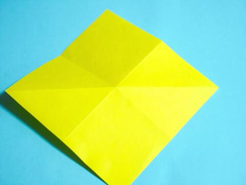 折り目をつけた折り紙の画像