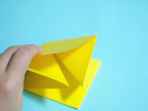 正方形に折った折り紙の画像