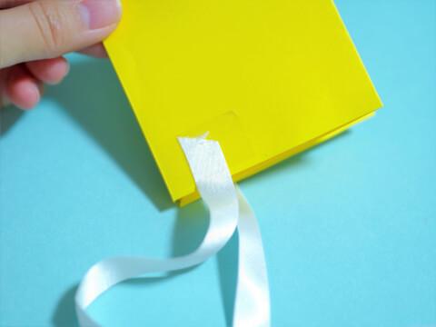 リボンを付けた折り紙の画像