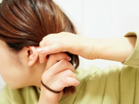 髪を結ぶ-女性