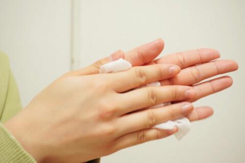 手を拭く-女性