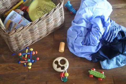 散らかったおもちゃと洗濯物
