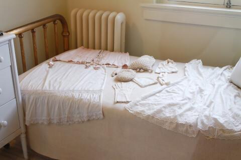 ベッドに洋服を並べている写真
