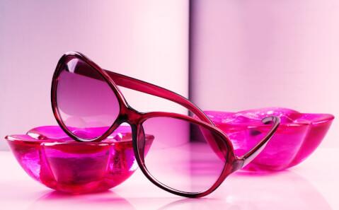 ピンク色のメガネ