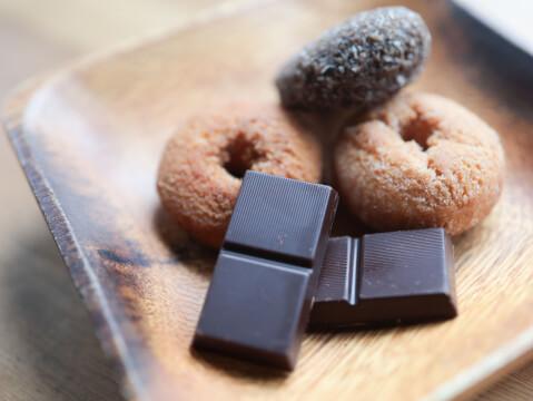 間食 チョコレート ドーナツ
