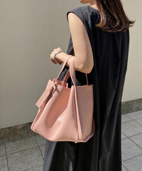 差し色 ピンク ビニールバッグ