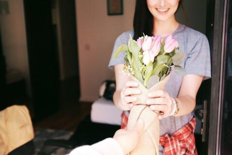 花を受け取っている女性の写真