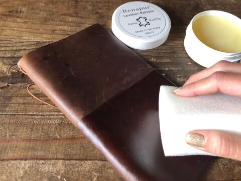 革の手帳にワックスを塗る