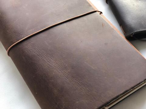 革の手帳の表面