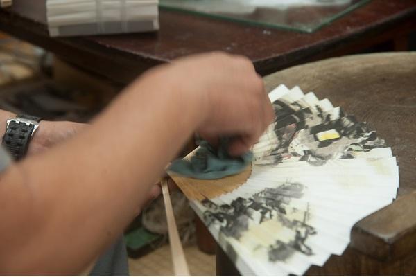 A商品「漆喰扇子竹にトンボ」 / B商品「漆喰扇子椿」
