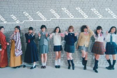 【90秒懂日本女高中生】女高中生的裝可愛pose在這100年來有這麼大的改變!? 「手比愛心」到江戶時代的「回眸美人」一次看到底