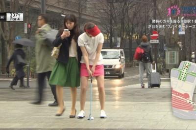 【前所未見】東京著名觀光景點中舉行的女子高爾夫球巡迴也太困難!撞到「邊走路邊看手機」的人就被扣分,還有一桿打進屋形船的啤酒杯裡等等…