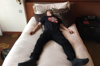 日本人是怎麼叫醒正在睡夢中的男朋友或丈夫的? 「親吻+擁抱」、「故意在床旁邊走動」等,分甜蜜派與強硬派兩類型