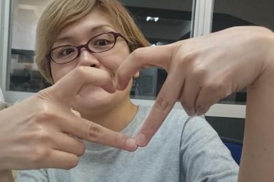 現代日本年輕女孩「比愛心的手勢」大調查♡ 「用食指和中指比愛心」還真的有夠困難…