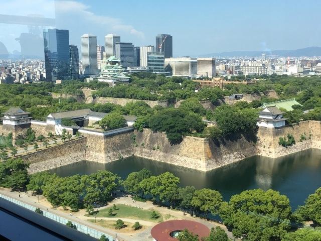 左側に大阪城が見えます。