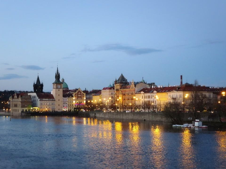 チェコ モルダウ川の夜景