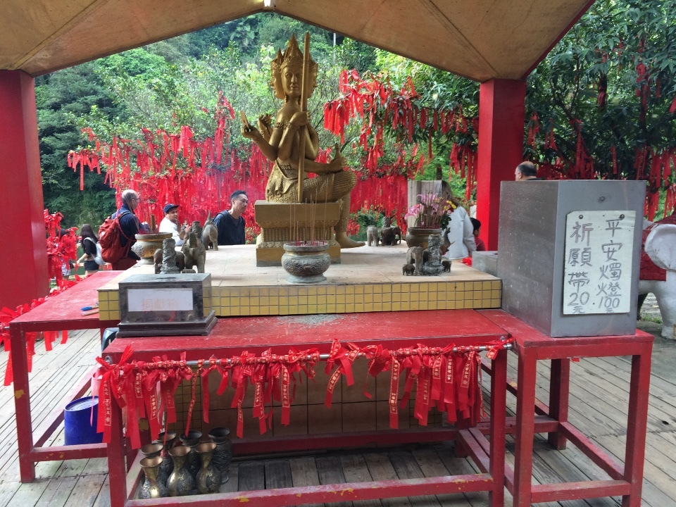 十分大瀑布公園の仏像?