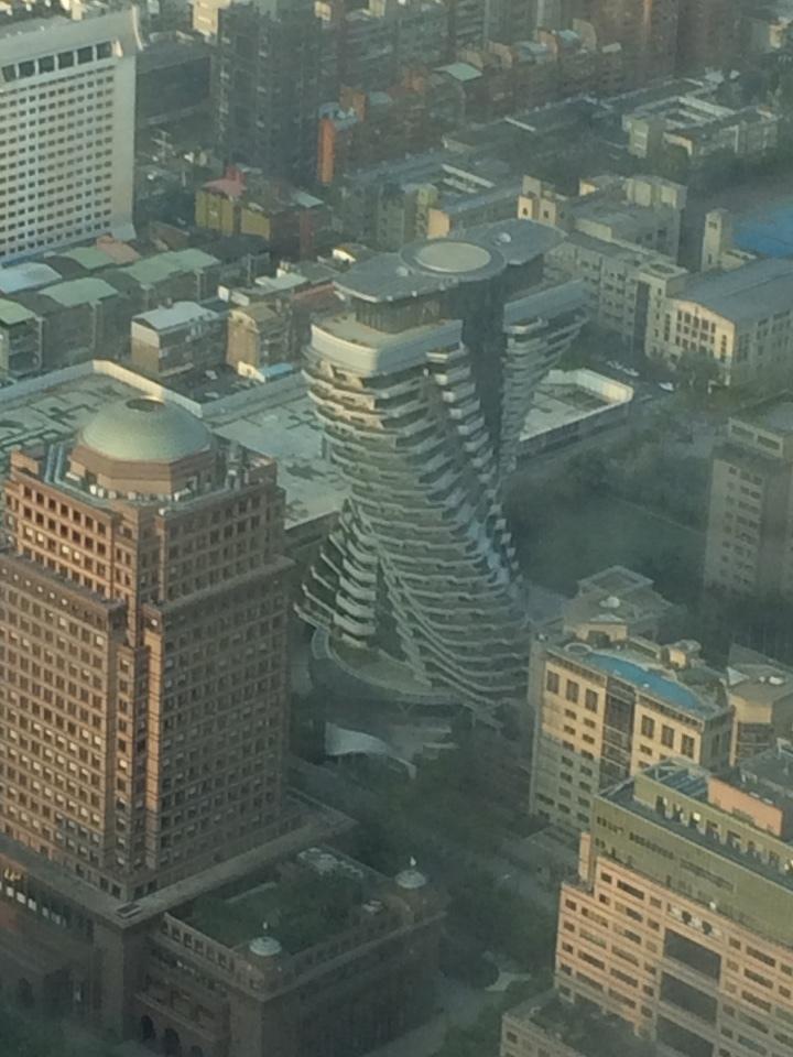 謎の建物、ねじれたエックス?