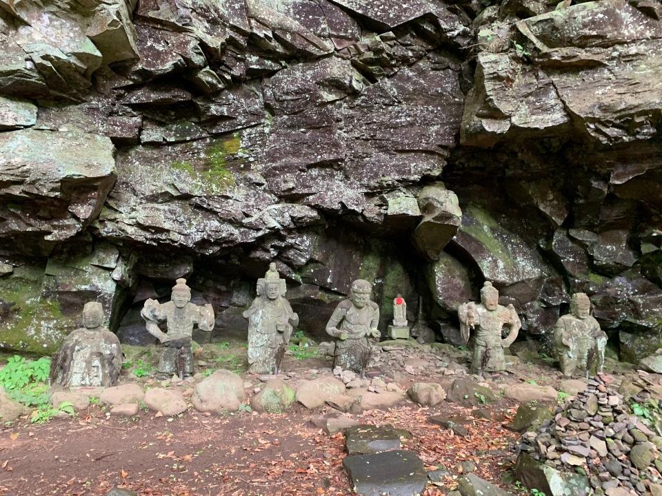 六体の石像