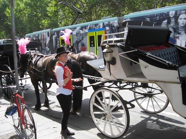 メルボルンの馬車とトラム