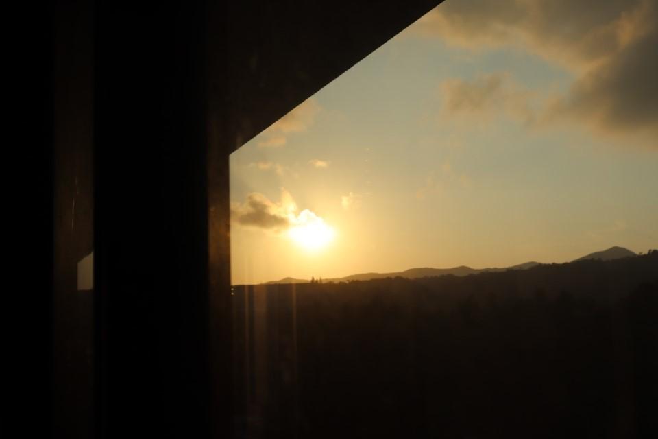 廊下から朝日