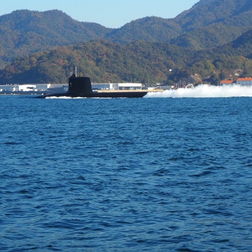潜水艦が通り過ぎる