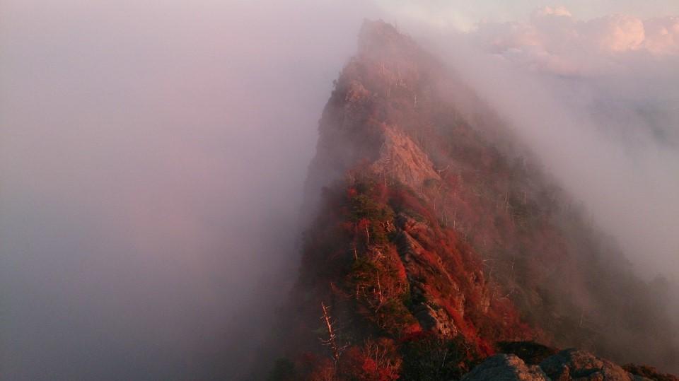 夕日に燃ゆる石鎚山