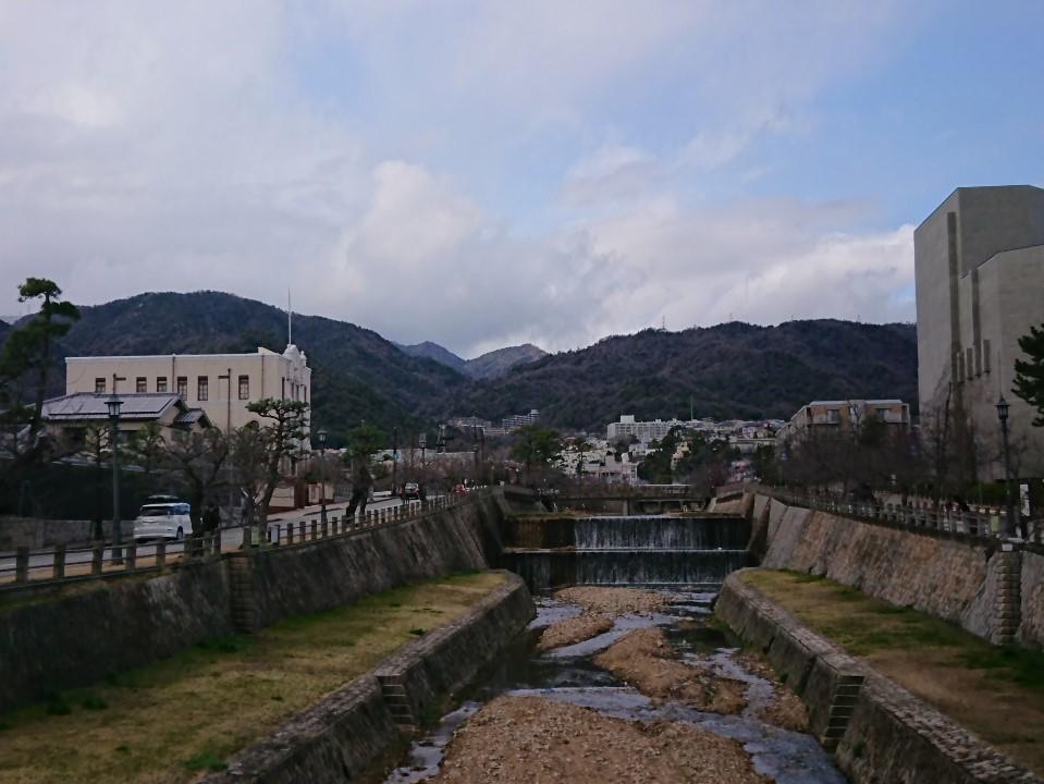 芦屋川から六甲山を眺める