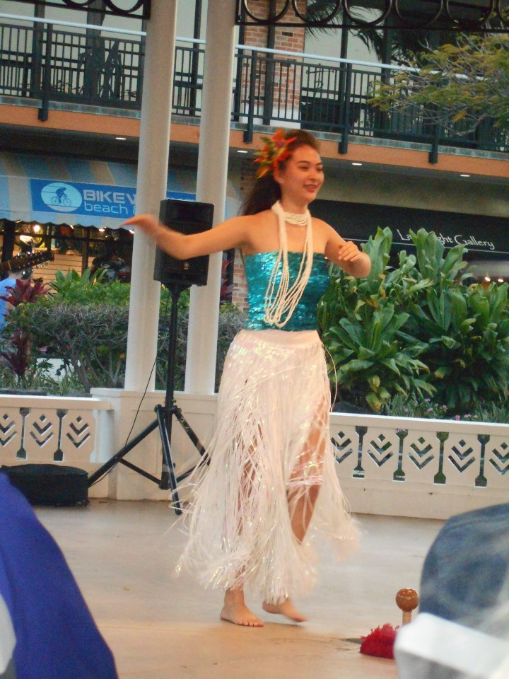 ワイコロア クイーンズマーケットでハワイアンダンス