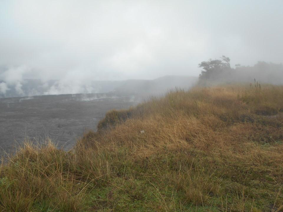 キラウエア火山の火口を臨む