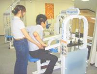 ◆ホグレルマシン『ディッピング』◆ 肩の周りの筋肉を緩め、肩甲骨の本来の動きを引き出します。上半身の機能を向上させる目的のマシンです。 ◎「ホグレル」では、すべてのマシンで直接 使う筋肉をホグすだけではなく、良い姿勢 を作り、身体の仕組みに合ったムリのない 良い動きが身につきます。 そのような姿勢を身につけていただくことが、身体の柔軟性を獲得することにつながります。