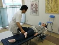 各種検査を行います。これは、股関節の炎症確認。他に整形外科テストや神経学テストなど、必要な検査を行い、あなたの状態を把握して説明を行います。