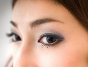 プロが引き出す私だけの「美人眉」。眉カットにポイントメイクもついて。