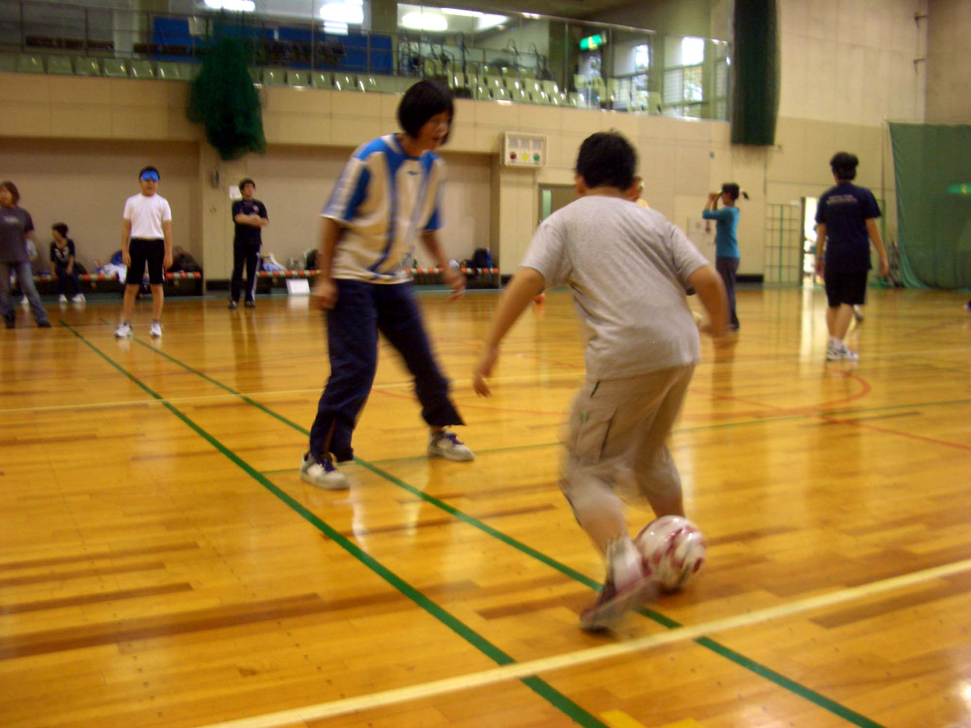 CIMG5457 - 障害者スポーツ体験教室より ・・・ブラインドサッカー、巧みなステップでディフェンスをかわす!