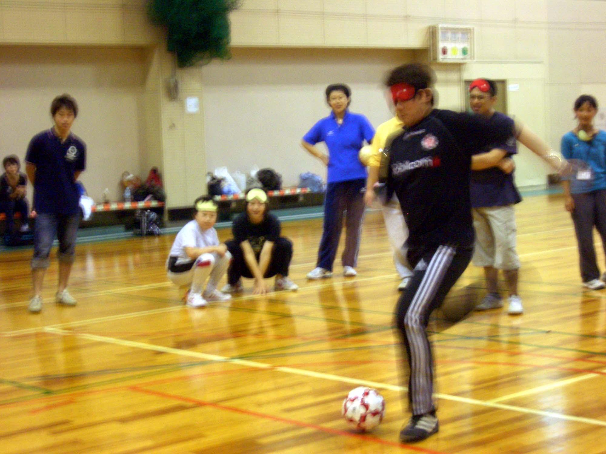 CIMG5486 - 障害者スポーツ体験教室より ・・・ブラインドサッカー、巧みなステップでディフェンスをかわす!
