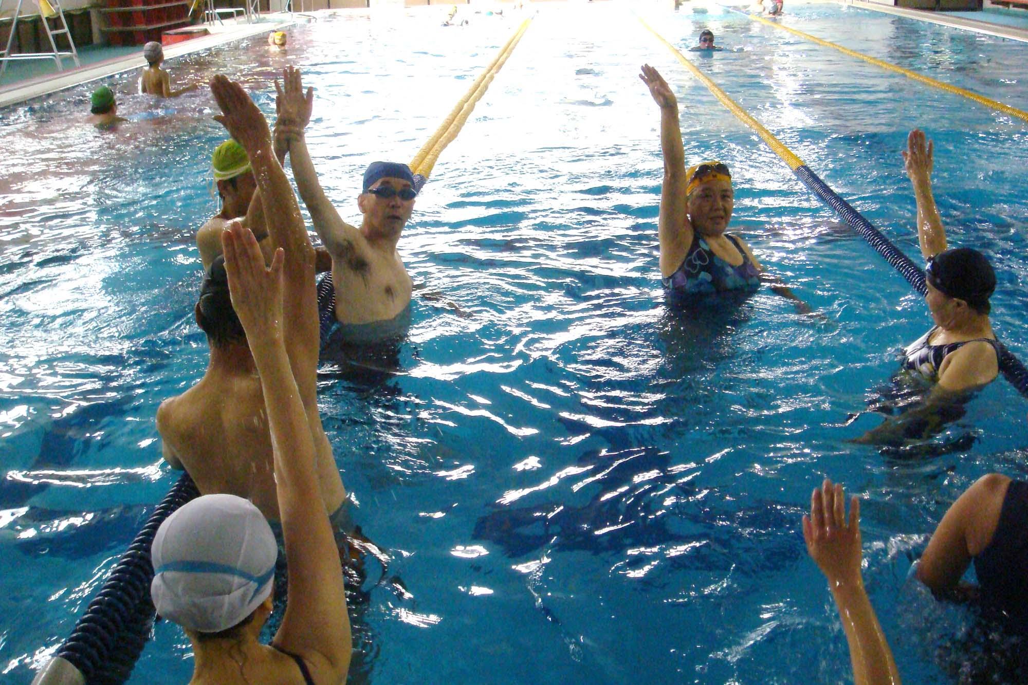 DSC03478 - 中上級水泳教室より・・・背泳ぎの練習です