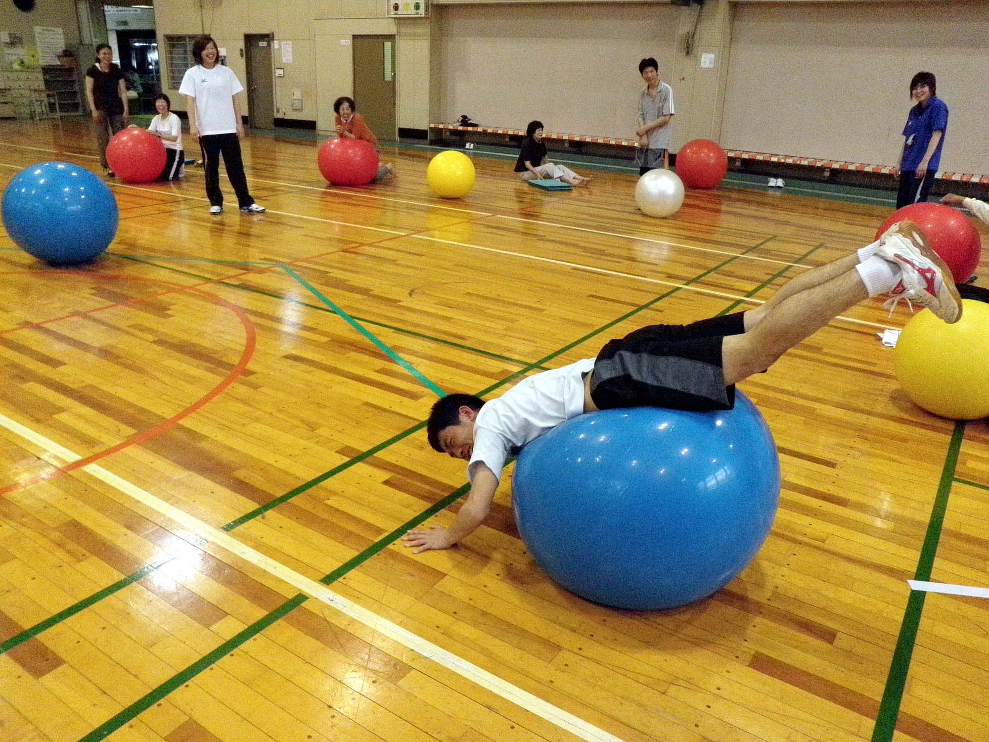 P5180089 - バランスボール教室より ・・・八木先生と楽しく行っています。