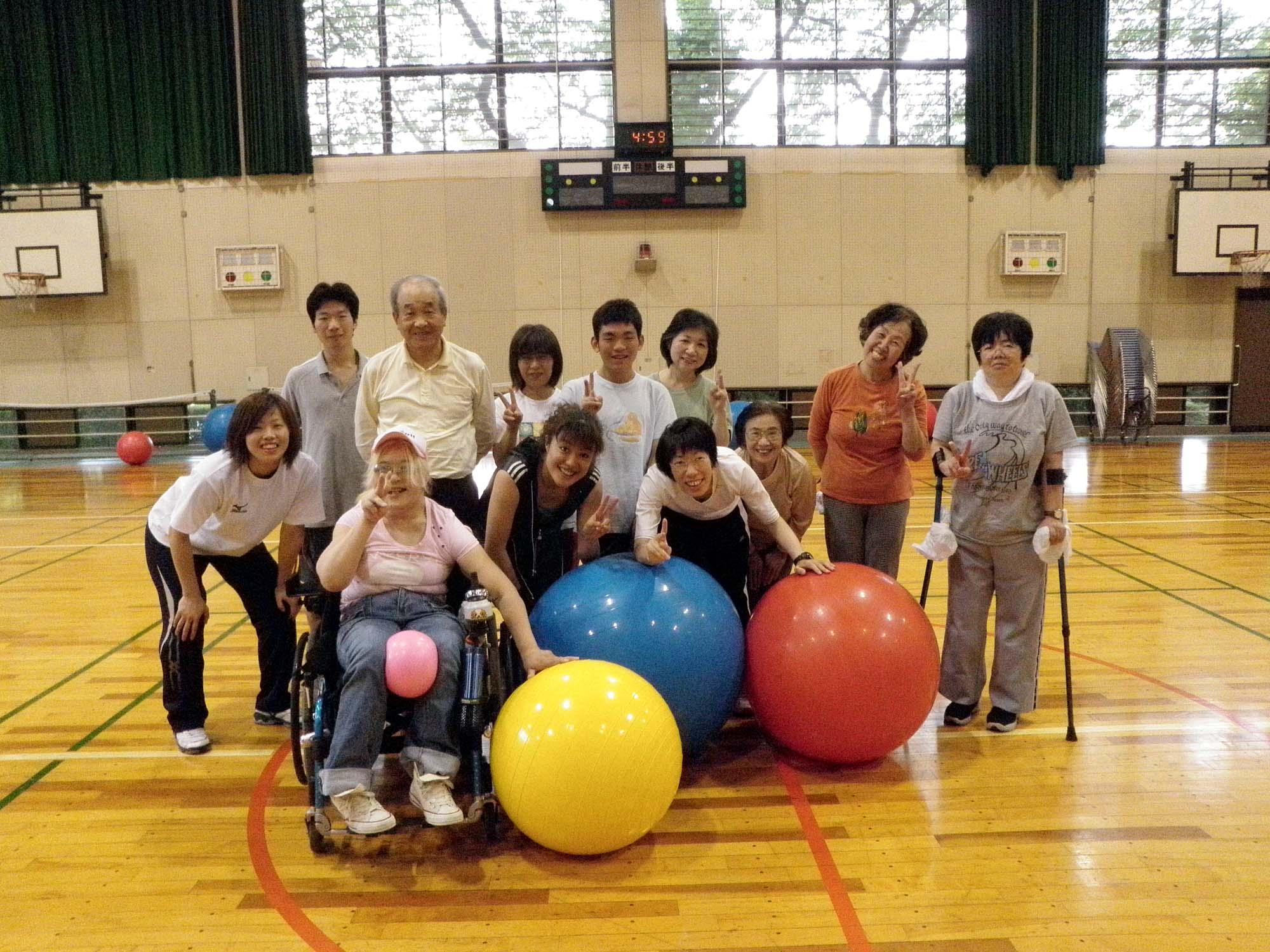 P5180096 - バランスボール教室より ・・・八木先生と楽しく行っています。