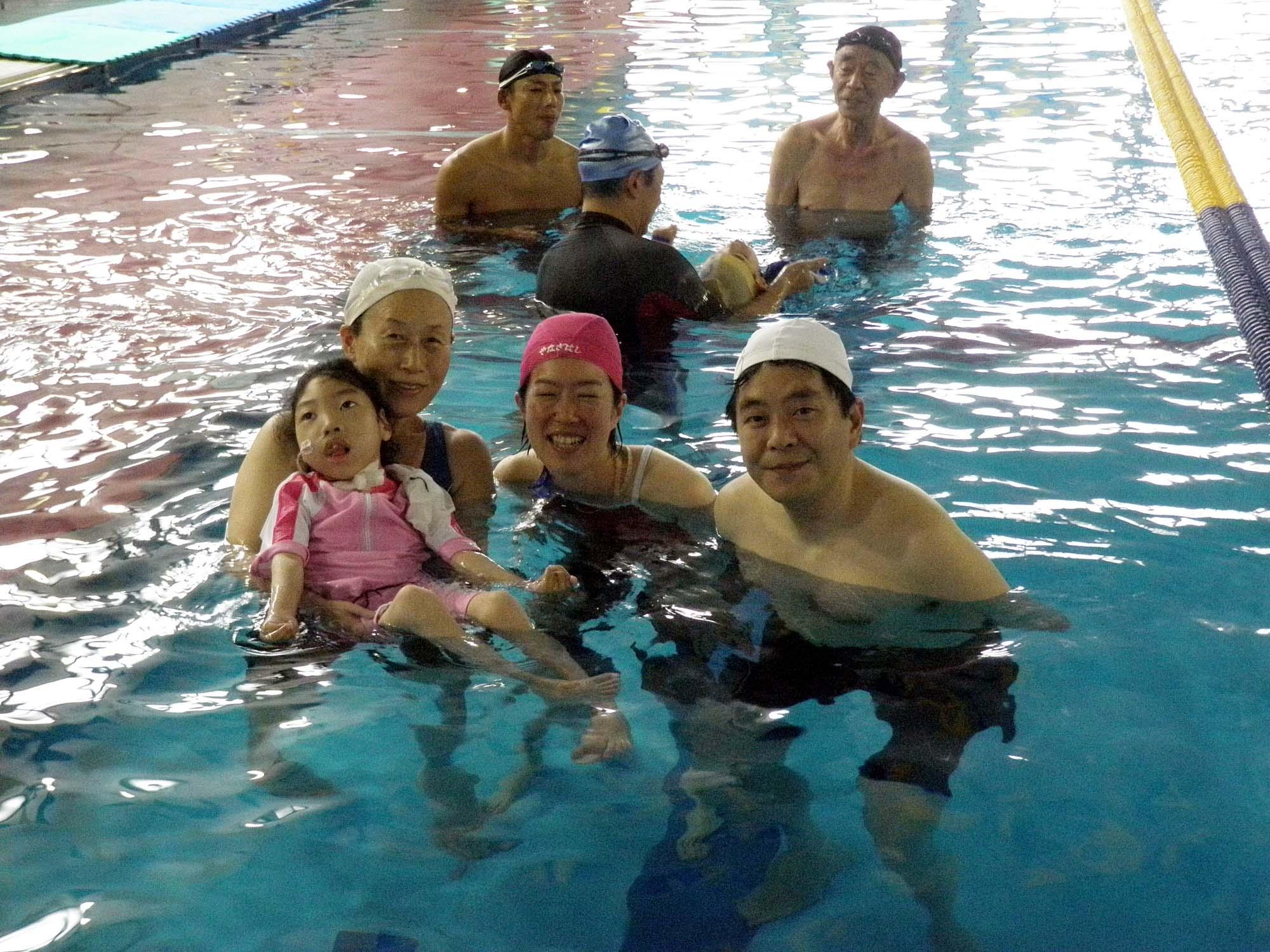 P6130147 - 重度障害者のための水泳教室より ・・・リラックスしています。