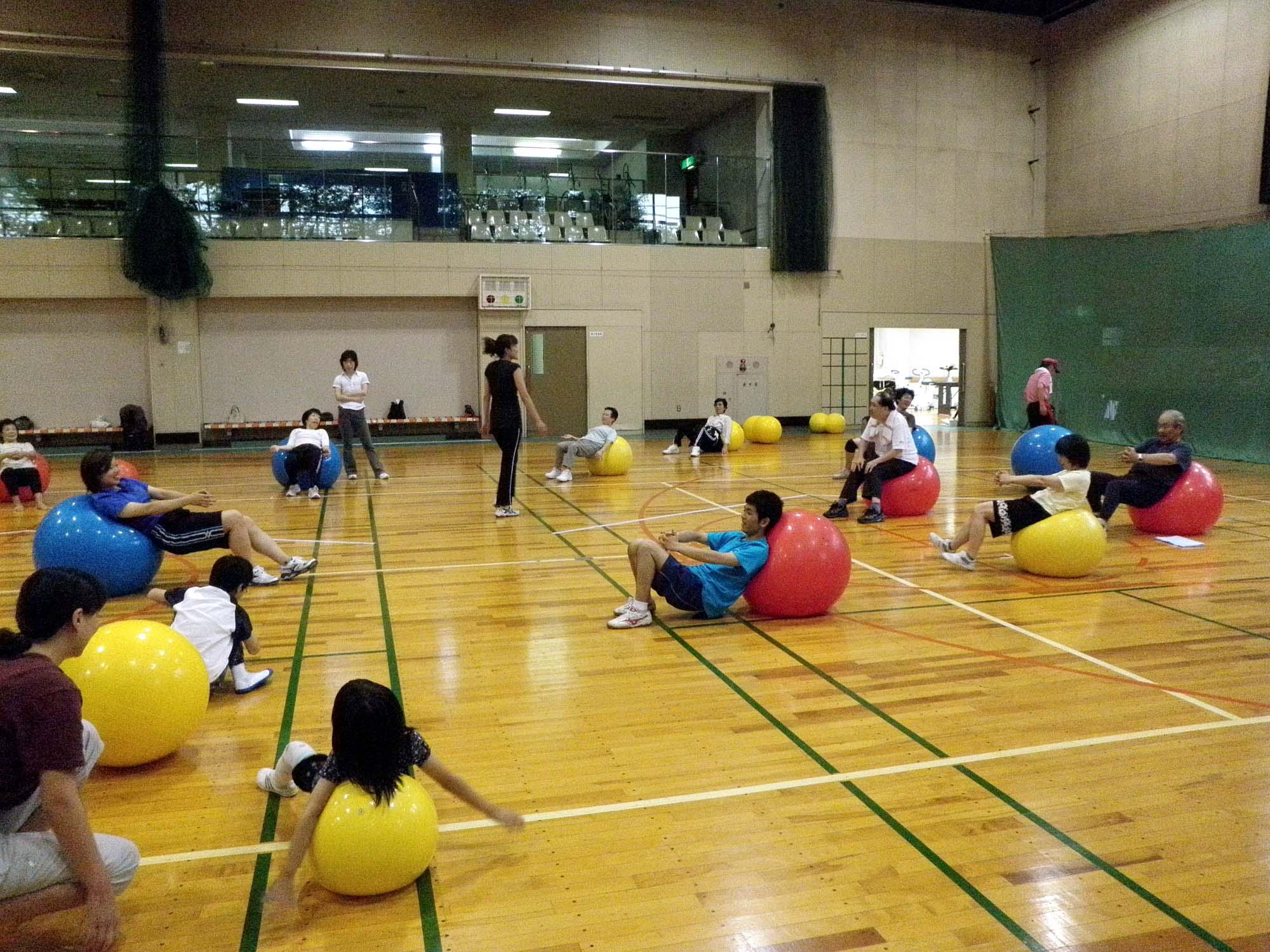 P6150154 - バランスボール教室より ・・・八木先生と楽しく行っています。