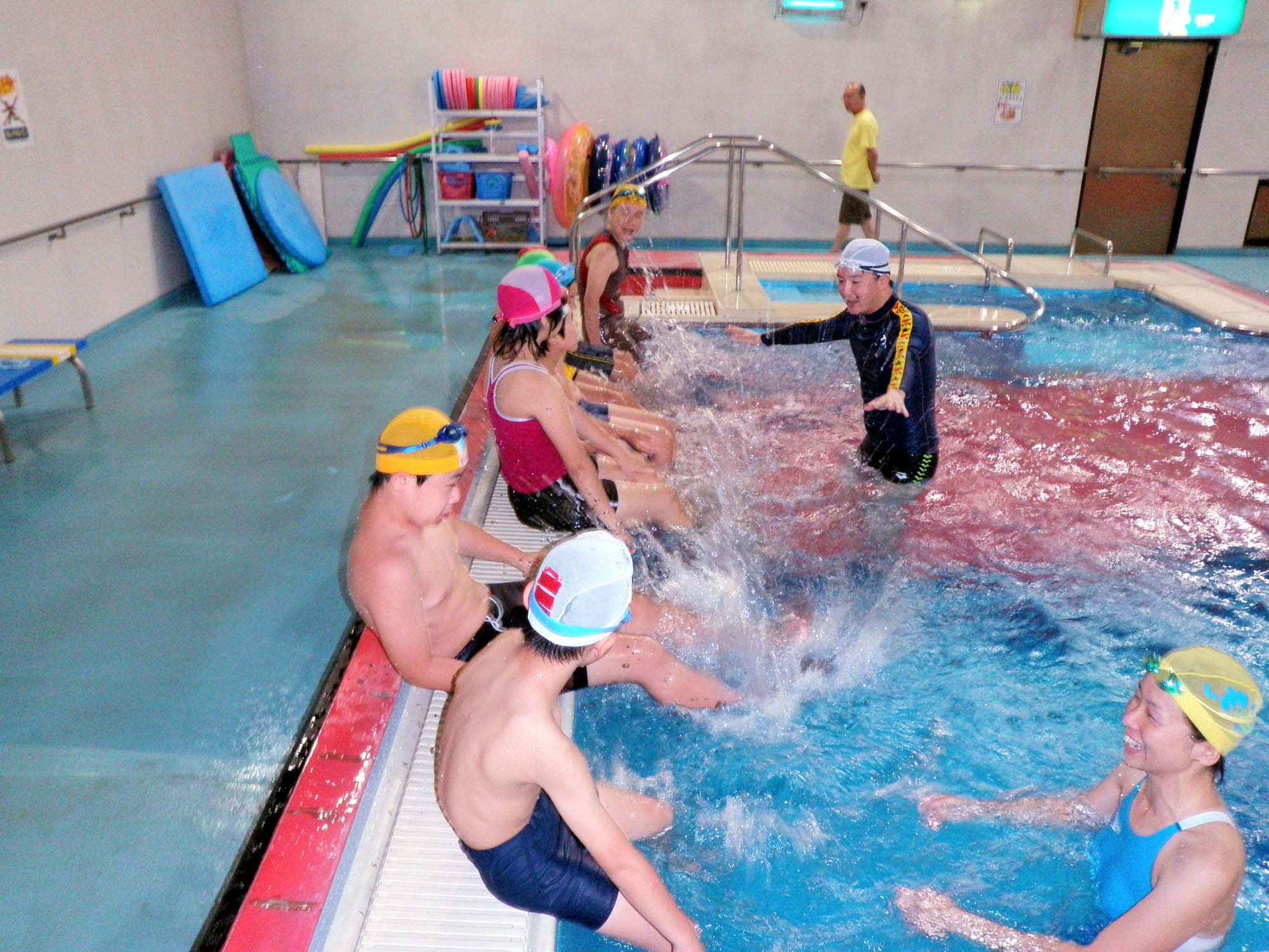 P7110323 - 都障水連による水泳教室より ・・・共催でおこなっています。