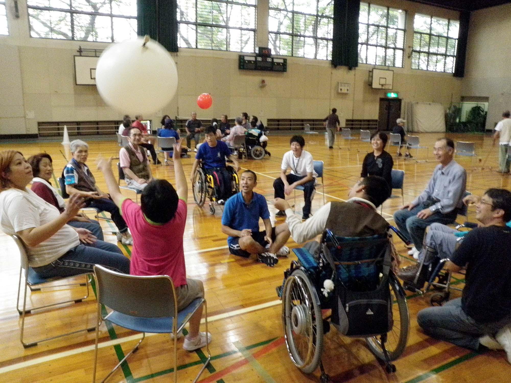 PA020308 - レクリエーション教室より ・・・10月はおもしろスポーツです。