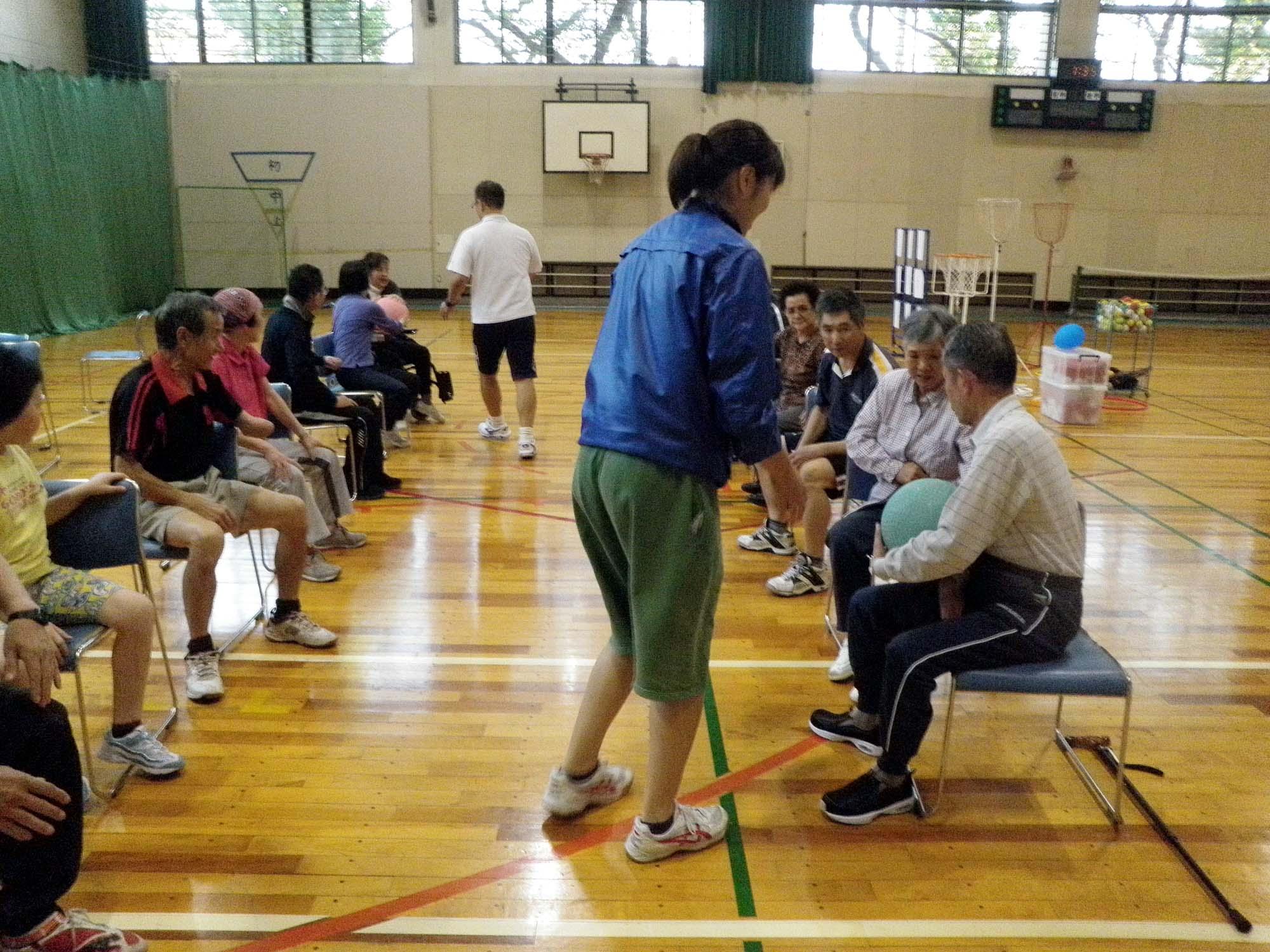 PA160515 - レクリエーション教室より ・・・10月はおもしろスポーツです。