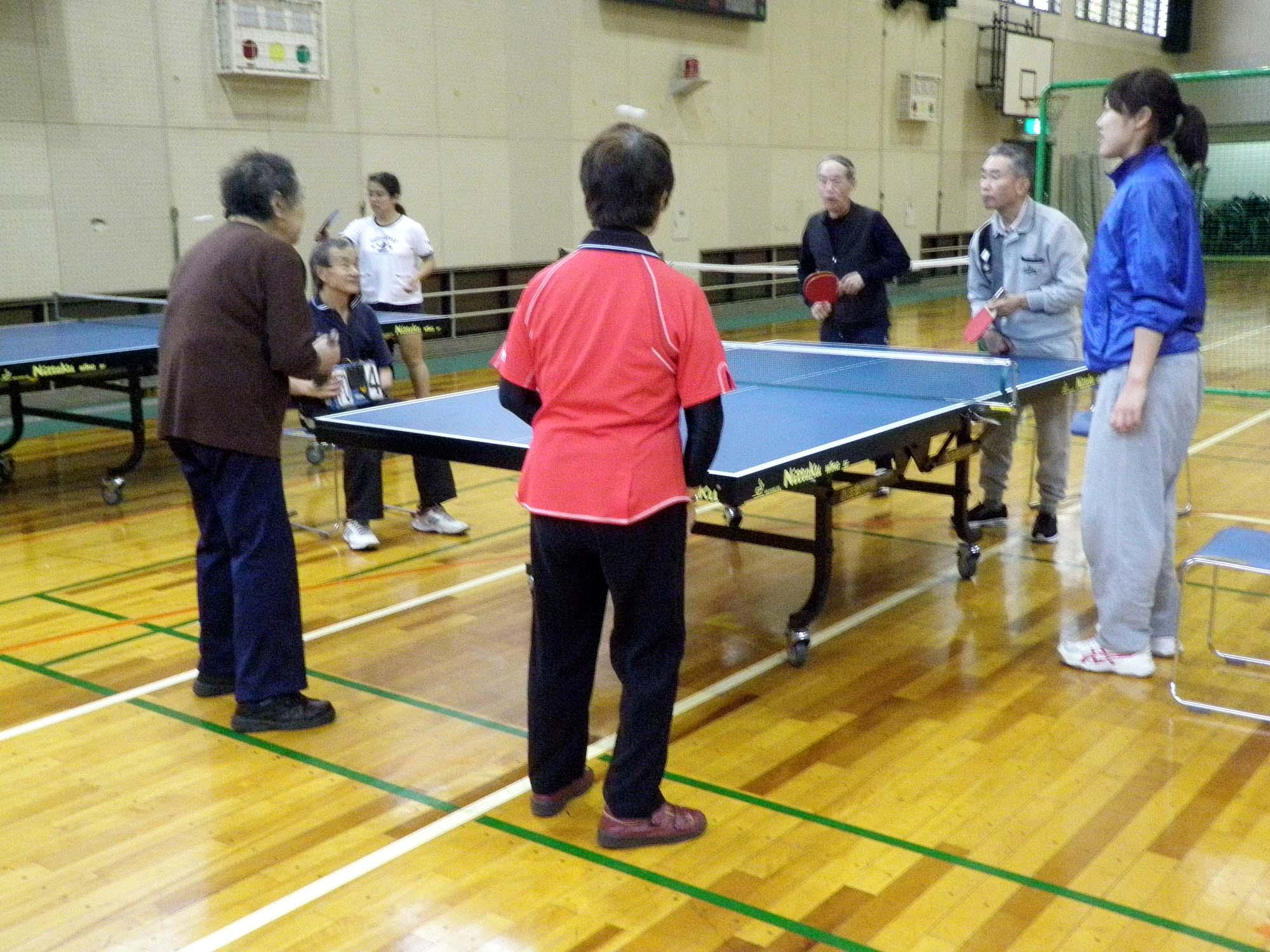 PB200008 - レクリエーション教室より ・・・11月は卓球と吹き矢です。