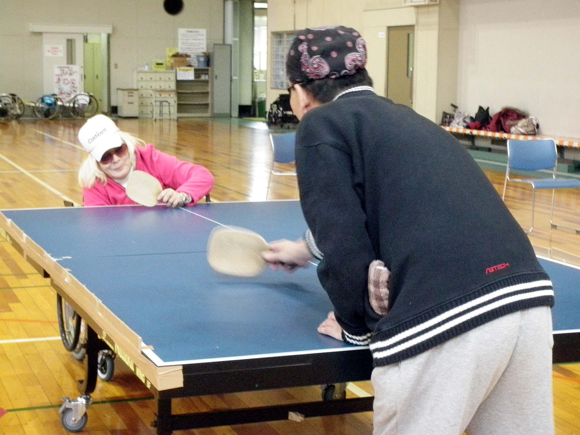 PB200009 - レクリエーション教室より ・・・11月は卓球と吹き矢です。