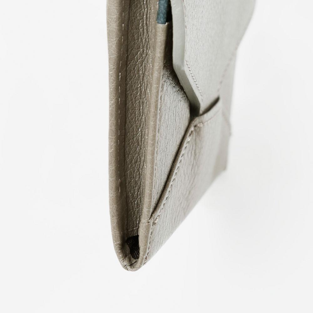 革の柔らかな風合いを引き立たせる、マチの仕上げ。