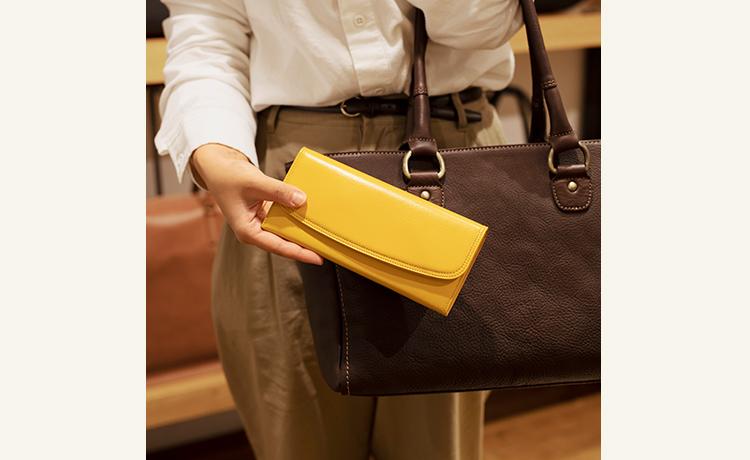 6d46bd748d0a 私のおすすめは、ダークカラーの鞄に鮮やかな色の財布という組み合わせ。鞄の中で財布が行方不明になりにくいという利点もありますよ(石田)」