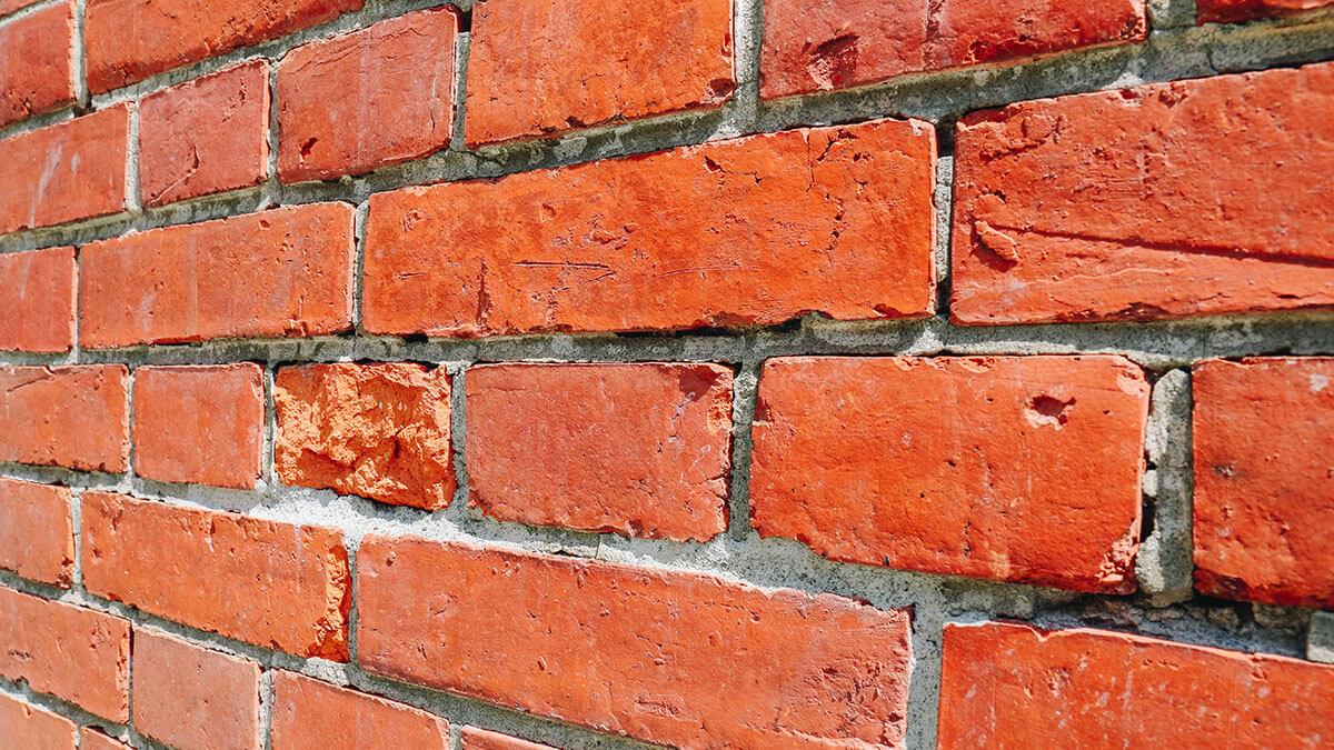 坑洞的紅磚牆