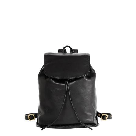 レディースバッグで人気の黒リュック