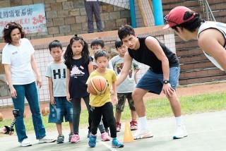 范少勳(右一)到偏鄉圓籃球夢,國小學童暖心舉動惹哭楊貴媚(左一)